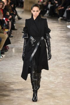 The complete Ann Demeulemeester Fall 2018 Ready-to-Wear fashion show now on Vogue Runway. Gothic Chic, Gothic Mode, Victorian Gothic, Gothic Beauty, Gothic Lolita, Fashion Week Paris, Runway Fashion, Fashion Outfits, Womens Fashion