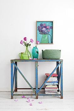 Love the color and the styling. http://www.vtwonen.nl/blog/styling-ideeen/snel-stylen-met-rozen.html