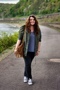 PlusSize - Plus Size Hippie Boho Outfit - khaki parka, grey shirt, grey chucks and brown fringe bag