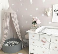Uma decoração de quarto que é um sonho! O charme é dado com os corações adesivos de parede Clique aqui e veja o quanto é barato fazer uma decoração assim.... #decor #quarto #quartolindo #decoracao #decoração #quartobebe #quartodebebê #quartoinfantil #love #romantic