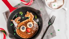 Funny food for Christmas. Kids breakfast pancake decorated like reindeer, with hot chocolate with marshmallow, white table copy space top view. Easy Healthy Breakfast, Easy Healthy Dinners, Breakfast For Kids, Breakfast Ideas, Healthy Kids, Healthy Desserts, Healthy Food, Fusilli, Ciabatta