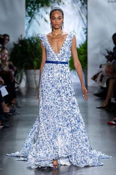 Dennis Basso Spring 2020 Ready-to-Wear Fashion Show Collection: See the complete Dennis Basso Spring 2020 Ready-to-Wear collection. Look 31 Summer Fashion Outfits, Spring Summer Fashion, Fashion Dresses, Fashion 2020, Runway Fashion, Fashion Show, Elegant Summer Dresses, Pretty Dresses, Beautiful Gowns