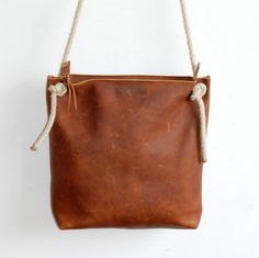 ae846dd956bb Leder Reissverschluss Tasche ist eine simple, grosse Tasche einzigartig  durch die Nahtführung und dennoch funktionell