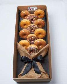 Donut Bouquet Las Vegas - Donuts is the perfect gift for all occasions: Valentine's Day, weddings, corporate events, birthdays. Grab a custom Donut Bouquet in Las Vegas now! Candy Gift Baskets, Gourmet Gift Baskets, Gourmet Gifts, Candy Gifts, Food Gifts, Food Bouquet, Gift Bouquet, Candy Bouquet, Bouquet For Men