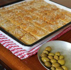 """פשטידת סבתות מהילדות              מצרכים :  לבצק  1/4 5 כוסות קמח  1/2 כוס שמן  200 גרם מחמאה  כפית מלח  כוס מים   למילוי:   200 גרם גבנ""""צ... Savory Pastry, Savoury Baking, Bread Baking, Pastry Recipes, Cake Recipes, Dessert Recipes, Cooking Recipes, Israeli Food, Israeli Recipes"""