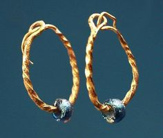 A pair of ancient Roman gold earrings with twisted hoops and blue glass beads. Formerly in a European private collection. Roman Jewelry, Old Jewelry, Stone Jewelry, Wire Jewelry, Jewelry Art, Antique Jewelry, Jewelery, Vintage Jewelry, Jewelry Design