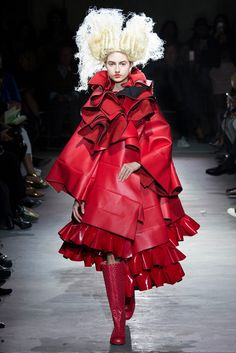 Why it's exciting and unique that Comme Des Garcons Designer Rei Kawakubo was announced as the 2017 Met Gala theme Rei Kawakubo, Couture Fashion, Fashion Art, Fashion Show, Crazy Fashion, High Fashion, Fashion Week Paris, Xiao Li, Gala Themes