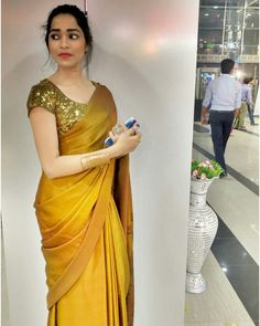 You are in the right place about Saree Styles gold Here we offer you the most beautiful pictures about the Saree Styles sonam kapoor you are looking for. Indian Beauty Saree, Indian Sarees, Sarees For Girls, Kaftan, Sari Blouse Designs, Blouse Patterns, Dress Indian Style, Indian Dresses, Indian Outfits