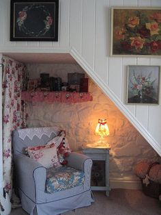 The Shabby Chic décor style popularized by Rachel Ashwell and Arhaus seeks to have an opulent vintage look. Shabby Chic furniture is given a distressed look by covered in sanded milk paint. The whole décor style has an intriguing flea market look. Cottage Shabby Chic, Romantic Cottage, Cottage Style, Cozy Nook, Cozy Corner, Style At Home, Stair Makeover, Cottage Interiors, Under Stairs