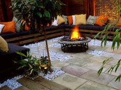 love the couch, stones and pavers and of course the fire pit - Fire pits create a wonderful focal point for an outdoor gathering space and add warmth to backyard gatherings on cool evenings. Get tips for choosing patio fire pits . Fire Pit Area, Diy Fire Pit, Fire Pit Backyard, Cozy Backyard, Cozy Patio, Garden Fire Pit, Fire Pit Seating, Outdoor Rooms, Outdoor Living