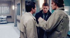 THIS IS SERIOUSLY THE FUNNIEST GIF EVER OMG JENSEN'S FACE WHEN MISHA AND JARED MOVE OMG IM DYING