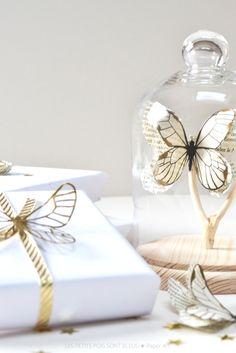 White and gold paper butterflies by @LPPSB | Christmas gift wrapping  | Handmade paper creations, France. Visit my shop: https://www.etsy.com/fr/shop/LPPSB