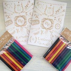Convite - lembrança para daminha e pajem do casamento da Camila e do Carlos!!! * Livrinho para colorir personalizado + lápis de cor! #lembrança #lembrancinhas #lembrancinhaspersonalizadas #personalizados #livrodecolorir #lápisdecor #casamento #casório #wedding #noiva #noivas #noivas2016 #daminha #pajem #ateliê #brotandoideias