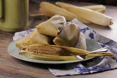 Estos suaves, esponjosos y deliciosos tamales de hoja de maíz con sabor a cajeta acompañados con un poco de nuez serán tu postre perfecto para acompañarlos con un delicioso atolito.