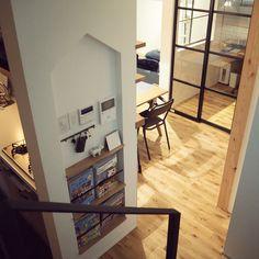 """Atsuko/デザイナー/lifestyle/真鍮表札 on Instagram: """"お家型ニッチ🏠 キッチン横、階段から降りた目の前にスイッチやリモコン、マガジンラックなどを盛り込んだ機能ニッチを設けました✨ ここに機能ニッチを作った理由は、 ・LDKから見えないので、生活感やゴチャ付きを隠せる ・階段から降りてすぐにインターホンに出れる…"""" Amai, Ldk, Corner Desk, Building A House, Architecture Design, Furniture Design, Shelves, Interior Design, Wall"""