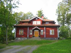 Vackra faluröda hus som inspirerar House In Nature, House In The Woods, Swedish Cottage, Sweden House, Red Houses, Exterior Front Doors, Cottage Homes, Log Homes, House Painting