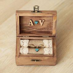 Ring-Kasten - schönes Detail für Ihren Hochzeitstag. ♡ Nach der Verwendung als Ringhalter, können Jute-Kissen kann entfernt werden und Sie eine Andenken-Box. Lassen Sie uns wissen Sie, wie Sie Box personalisieren: ✽ Ihre Initialen ✽ Farbe der kleinen Herzen (Sie können mir eine