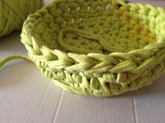 Hola!... Lo prometido es deuda y aquí tenéis mi patrón-tutorial del jarrón que he tejido con trapillo de color pistacho.Ideal para guardar ...