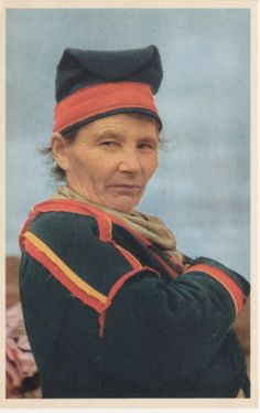 Kvinna i Gällivaredräkt med matjuk mössa, 1960? Saami woman in Gällivare hat (matjuk) and Saami kirtle. 1960?