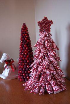 Alberelli di Natale fatti con la carta - Alberelli fai da te di carta per decorare la casa a Natale.