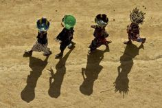 Jeunes filles portant des seaux, Mali