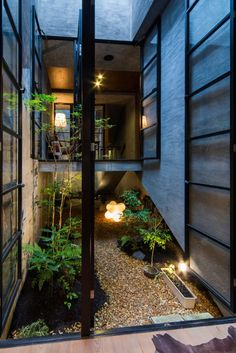The design of modern suburban houses in Japan tends to prioritise privacy over street-side windows. We've seen this in the past on Homeli in Hazukashi House by ALTS Design Office and Seven by Apollo Architect Tropical Architecture, Japanese Architecture, Interior Architecture, Casa Patio, Suburban House, Internal Courtyard, Interior Garden, Room Interior, Interior Design