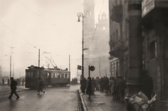 Tramwaj linii 28 wjeżdża z ulicy Marszałkowskiej na plac Zbawiciela. - Tempo [odbudowy] było wspaniałe. 100 metrów torów ułożyli, już tam tramwaj jeździł. Obwieszony ludźmi na stopniach, między wagonami - opowiada nam Bożydar Rassalski
