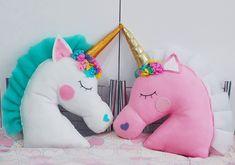 Unicorn Cushion, Unicorn Pillow, Sewing Art, Baby Sewing, Unicorn Birthday Parties, Unicorn Party, Felt Crafts, Diy And Crafts, Unicorn Rooms