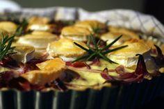 Rødløg, rosmarin og gedeost er tre ting der passer rigtig godt sammen. Her har de mødt hinanden i en sprød tærtebund med cremet fyld. Det er vigtigt at du steger rødløgene længe ved svag varme, så de karamelliserer og bliver helt søde. Bruger du gederuller …