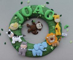Guirlanda Porta de Maternidade - Safari <br>Decoração alegre de divertida, para meninos e meninas <br>Guirlanda de feltro, com nome do bebê, toda costurada à mão. <br>Medida: 36 cm de diâmetro