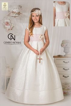 Ave María Comunión 2019 – Centro Novias Albolote Girls Communion Dresses, Dresses Kids Girl, Girl Outfits, Flower Girl Dresses, Model Dress Kebaya, Quinceanera Dresses, Lovely Dresses, Looks Cool, Dance Dresses