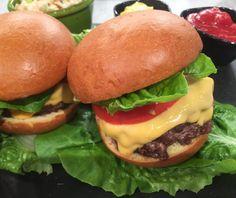 Τσίζμπεργκερ (Cheeseburger) με ψωμί brioche και σαλάτα coleslaw με ρόδι Food Categories, Coleslaw, Finger Foods, Hot Dogs, Hamburger, Recipies, Cheesecake, Food Porn, Cooking