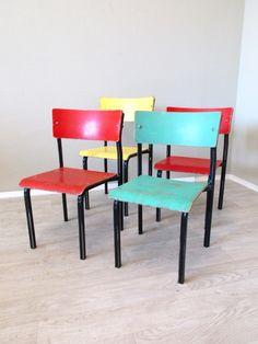 Hier bieten wir Euch vier bunte Kinderstühle an. Die Stühle sind stabil, gereinigt und haben eine schöne Patina. Das Gestell ist aus Schwarz lackiertem Metall. Der gelbe Stuhl ist etwas höher als die anderen drei. Maße: klein: SH 32 cm, GH 61 cm, B 37 cm, T 34,5 cm /// groß: SH 36 cm, GH 67 cm, B 37 cm, T 36 cm... #Kinderstuhl #Kinderstühle #RetroKinderstuhl #VintageKinderstuhl