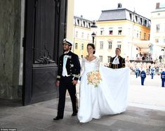 Prince Carl Philip Photos - Prince Carl Philip of Sweden is seen with his new wife Princess Sofia of Sweden after their marriage ceremony on June 2015 in Stockholm, Sweden. - Departures & Cortege: Wedding of Prince Carl Philip and Princess Sofia of Sweden Prince Carl Philip, Princess Sofia Of Sweden, Swedish Royals, Crown Princess Victoria, Royal Weddings, Photos Du, Belle Photo, Wedding Portraits, Beautiful Bride