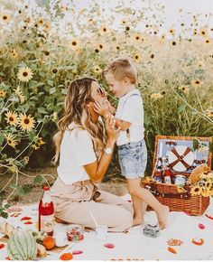 Family Photoshoot Picnic with Kids Toddler Photos Fashion Howto photograph a toddler children mother Mommy Me Style Family Picture Poses, Family Photo Outfits, Fall Family Photos, Family Photo Sessions, Family Posing, Family Photoshoot Ideas, Family Portraits, Summer Family Pictures, Picture Outfits