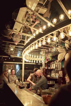 Après le succès de la «Paris Cocktail Week» en janvier, la capitale s'affirme de plus en plus comme le terrain de jeu des experts en mixologie. De Pigalle à la Tour-Maubourg, les repaires à shakers se multiplient. À chacun son style et sa spécialité. Bienvenue dans la tournée des meilleurs bars du moment.