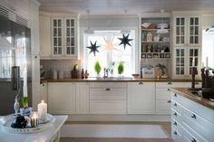 En doft av pepparkakor sprider sig i det nyrenoverade köket. Anna och dottern Tyra har dragit igång årets stora julbak och de bruna figurerna breder ut sig på ugnsplåtarna. Varje vrå är pyntad med julblommor och arrangemang, ljusslingor och stjärnor. Stjärnor kan man aldrig få nog av, tycker Anna. Ikea Kitchen, Kitchen Dining, Kitchen Decor, Kitchen Cabinets, Kitchen Ideas, Interior Design Quotes, Interior Design Living Room, Swedish House, Cool Kitchens