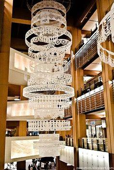 Luminárias feitas com bastidores e rendas. Ficou maravilhoso! Fotografia: https://www.pinterest.com/search/pins/?q=wedding+embroidery+hoop.