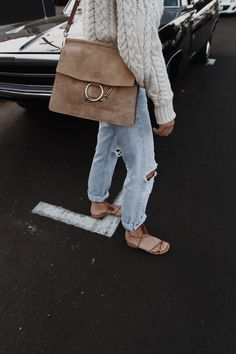White andcream chunk knit sweater with light wash boyfriend jeans and sandals. Ways To Style A Chloe Faye Bag Looks Street Style, Looks Style, Style Me, Classic Style, Mode Outfits, Casual Outfits, Easy Style, Estilo Hipster, Looks Jeans