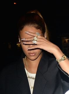 11 Ways Rihanna Displays Her Acrylic Nails Estilo Rihanna, Rihanna Fenty, Rihanna Photos, Rihanna Looks, Rihanna Style, Rihanna Outfits, Beyonce Nails, Necklaces, Bijoux