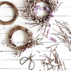 Tiny willow wreath DIY to use as a centrepiece on your Easter or Spring-inspired tablescape. Diy Spring Wreath, Diy Wreath, Spring Crafts, Dried Flower Wreaths, Dried Flowers, Willow Wreath, Deco Nature, Deco Floral, Easter Table