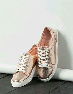 Sport shoes for you- Buongiorno, principessa! Scarpe sportive per te pink metallic bershka sneakers - Pretty Shoes, Beautiful Shoes, Cute Shoes, Me Too Shoes, Pumps Heels, Stiletto Heels, Shoes Sandals, Shoes Sneakers, Gold Sneakers