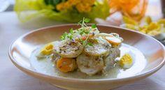 Żurek to jedno z dań, którego nie może zabraknąć na wielkanocnym stole. To staropolskie danie jest jednym z ulubionych potraw Polaków. W wersji tradycyjnej zupa przyrządzona jest na zakwasie i podawana z jajkiem i białą kiełbasą. Zamiast klasycznej wersji warto przygotować. Jest nie tylko prosty w przygotowaniu, a smakuje wyśmienicie. Jego forma zaskoczy gości. Zobaczcie przepis
