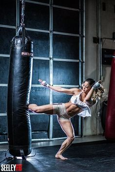 Pin by badass fitness on mixed martial arts muay thaï, boxe femme, sport de Female Martial Artists, Martial Arts Women, Mixed Martial Arts, Taekwondo, Karate, Fighting Poses, Martial Arts Techniques, Boxing Girl, Kick Boxing