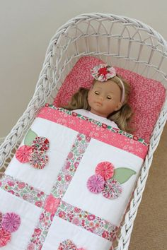 Doll Quilt with Yo-Yo's --- Poppendekentje met Yo Yo's Quilt Baby, Small Quilts, Mini Quilts, Doll Clothes Patterns, Doll Patterns, Quilting Projects, Sewing Projects, Yo Yo Quilt, Sew Mama Sew