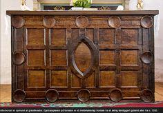 Alterbordet er opmuret af granitkvadre. Egetræspladen på forsiden er et middelalderligt frontale fra et aldrig færdiggjort gyldent alter fra o. 1200.