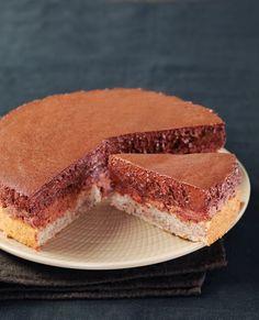 Dans un saladier, tamisez la farine, le sucre glace et la poudre de noisettes. Ajoutez les 4 blancs préalablement battus en neige avec le sucre. Versez dans un moule à manqué beurré. Faites cuire 15 minutes dans votre four à Th.6 (180°C). Démoulez. Mixez les crêpes dentelles émiettées avec le chocolat praliné fondu au bain-marie. Etalez sur le biscuit. Encerclez le biscuit d'une bande d'aluminium de 6 cm.