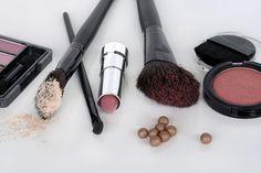 Uroda: Których substancji w kosmetykach powinnyśmy unikać? - http://kobieta.guru/ktorych-substancji-kosmetykach-powinnysmy-unikac/ - Na drogeryjnych półkach znajdziemy mnóstwo kosmetyków do pielegnacji skóry oraz włosów. Pewnie niejedna z Was, kupując nowy balsam czy szampon, czytała pięknie przygotowany opis producenta dotyczący niesamowitych właściwości danego produktu.   Po zapoznaniu się ze składem okazuje się jednak, że kosmetyk zawiera niebezpieczne