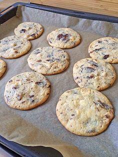 Cookies mit weißer und dunkler Schokolade und Nüssen (aus den USA)