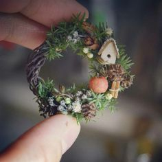 Someday, someday I will make a little wreath. Miniature Plants, Miniature Fairy Gardens, Miniature Dolls, Christmas Wreaths, Christmas Crafts, Christmas Decorations, Christmas Ornaments, Christmas Fairy, Xmas